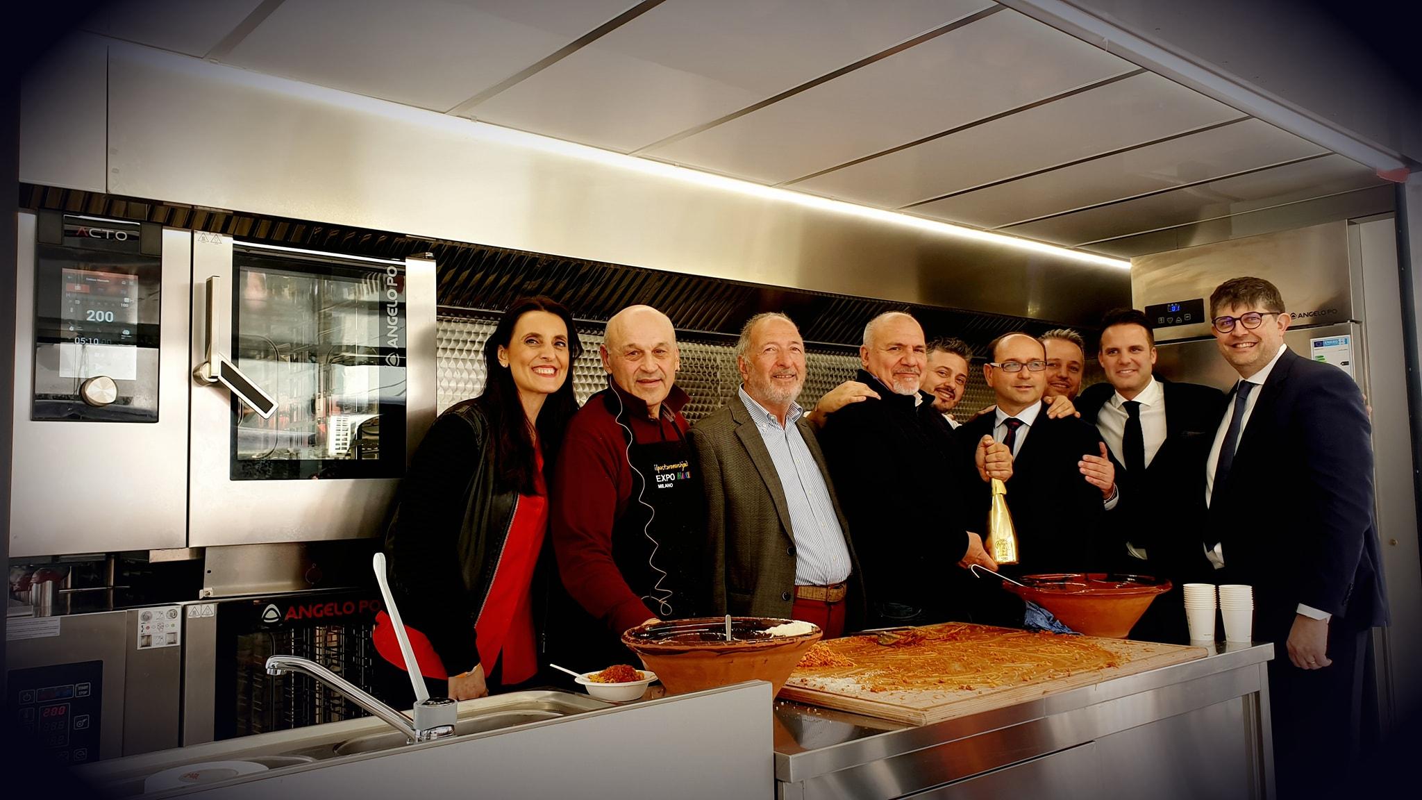 Auxo presenta la prima cucina mobile a vista per eventi